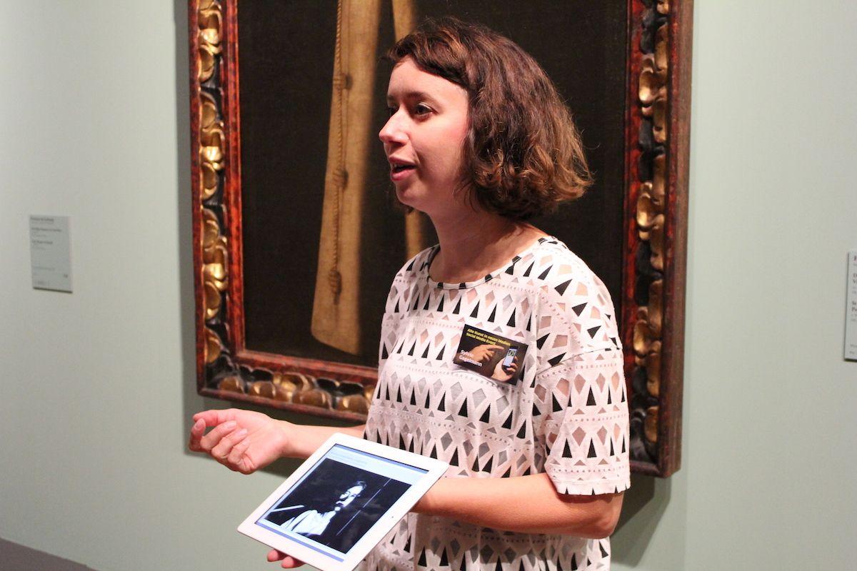 Die Fotografin Sylvie Gagelmann sprach ebenfalls über Porträts. Und fand unter anderem heraus, dass es zwischen klassischen Ölgemälden und digitalen Fotografien durchaus Ähnlichkeiten gibt, vor allem was die Inszenierung der Abgebildeten anbetrifft. Dabei zeigte sie auch einige ihrer Fotos. Zeitgemäß auf einem Tablet – künstlerisch gehalten wie eine Palette. Wie passend.