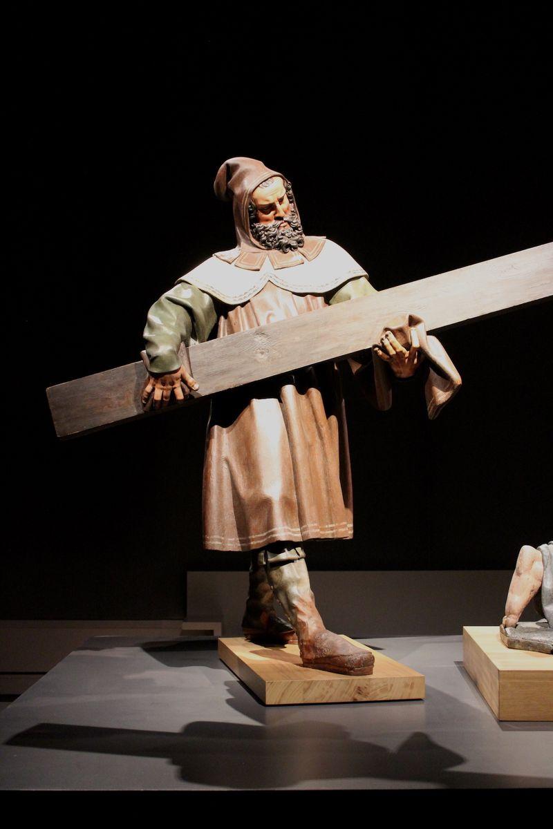 Eigentlich nur ein Teil einer raumfüllenden Skulptur, die die Kreuzigung von Jesus Christus darstellt. Dieser Kreuzträger sieht aber in seiner Pose sehr wie ein harter Bassist einer nicht minder harten modernen Rockband aus. Wie sehr der Kontext die Betrachtung eines Kunstwerks doch ausmacht.