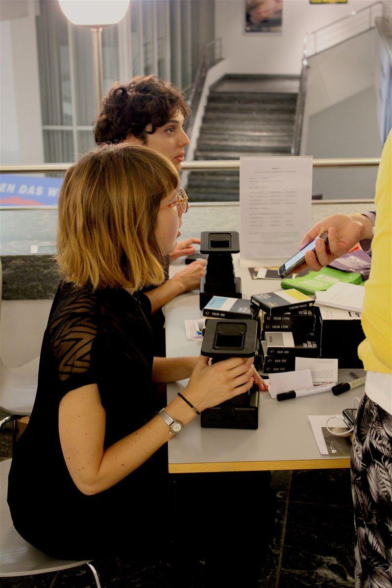 Diese schwarze, wie ein alter Guckkasten aussehende Kiste macht aus Handybildern ein richtiges Polaroid-Foto. Die Mitarbeiterinnen des Impossible Project kamen den Anfragen kaum hinterher. Denn es wurden wohl hunderte Fotos von der Ausstellung geschossen. Jeder musste sich für zwei Motive entscheiden. Die wurden kurz darauf im Impossible Project Laboratory ausgestellt und von den Anwesenden bewertet. Es winkte ein Gewinn: eine Jahreskarte für die Staatlichen Museen zu Berlin. Der Konkurrenzdruck stieg kontinuierlich.