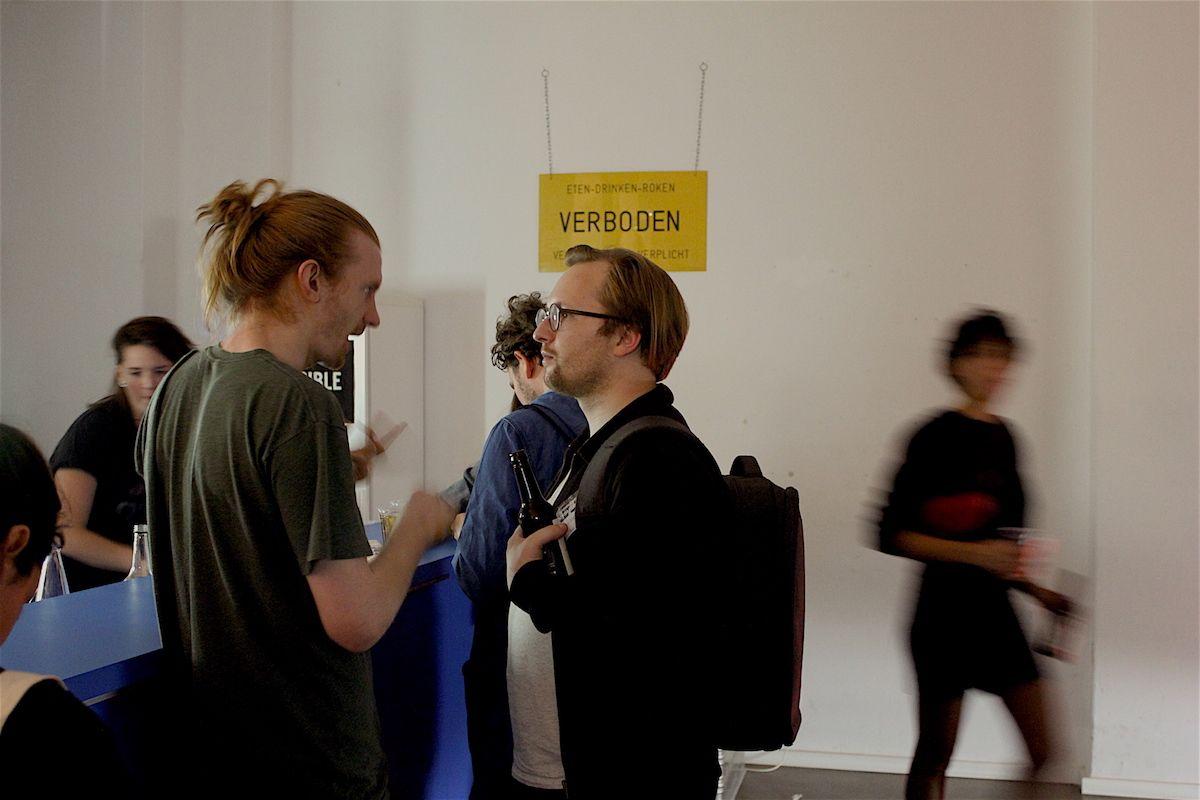Angekommen im Impossible Project Laboratory gab es DJs, angeregte Gespräche und ganz wichtig: Bier.