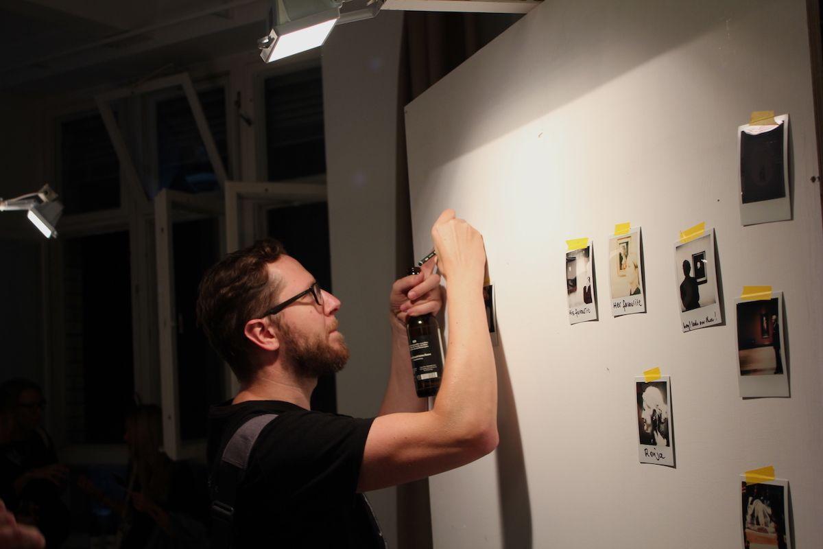 Der Berliner Instagrammer Stephan Pless beim analogen Hashtaggen seines Wettbewerbsbeitrags.