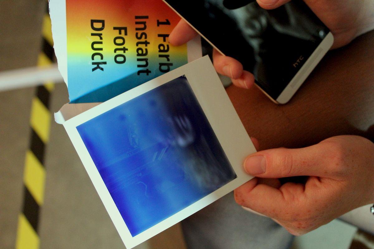 Risiko alter Techniken. Ob aus einem Polaroid auch was geworden ist, zeigt erst die Zeit. Aufgeregtes Warten.