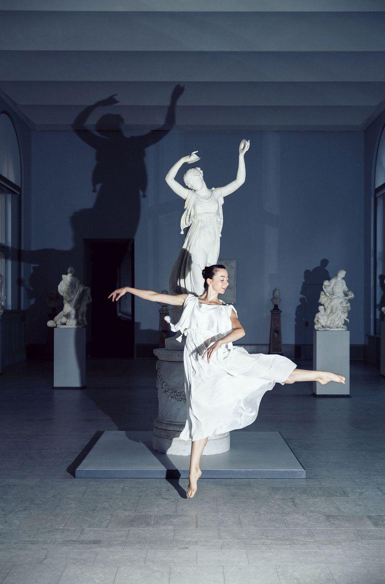 Die Tänzerin Alicia Rubens des Staatsballett Berlin vor Canovas Tänzerin im Bode-Museum. Foto: Daniel Hofer