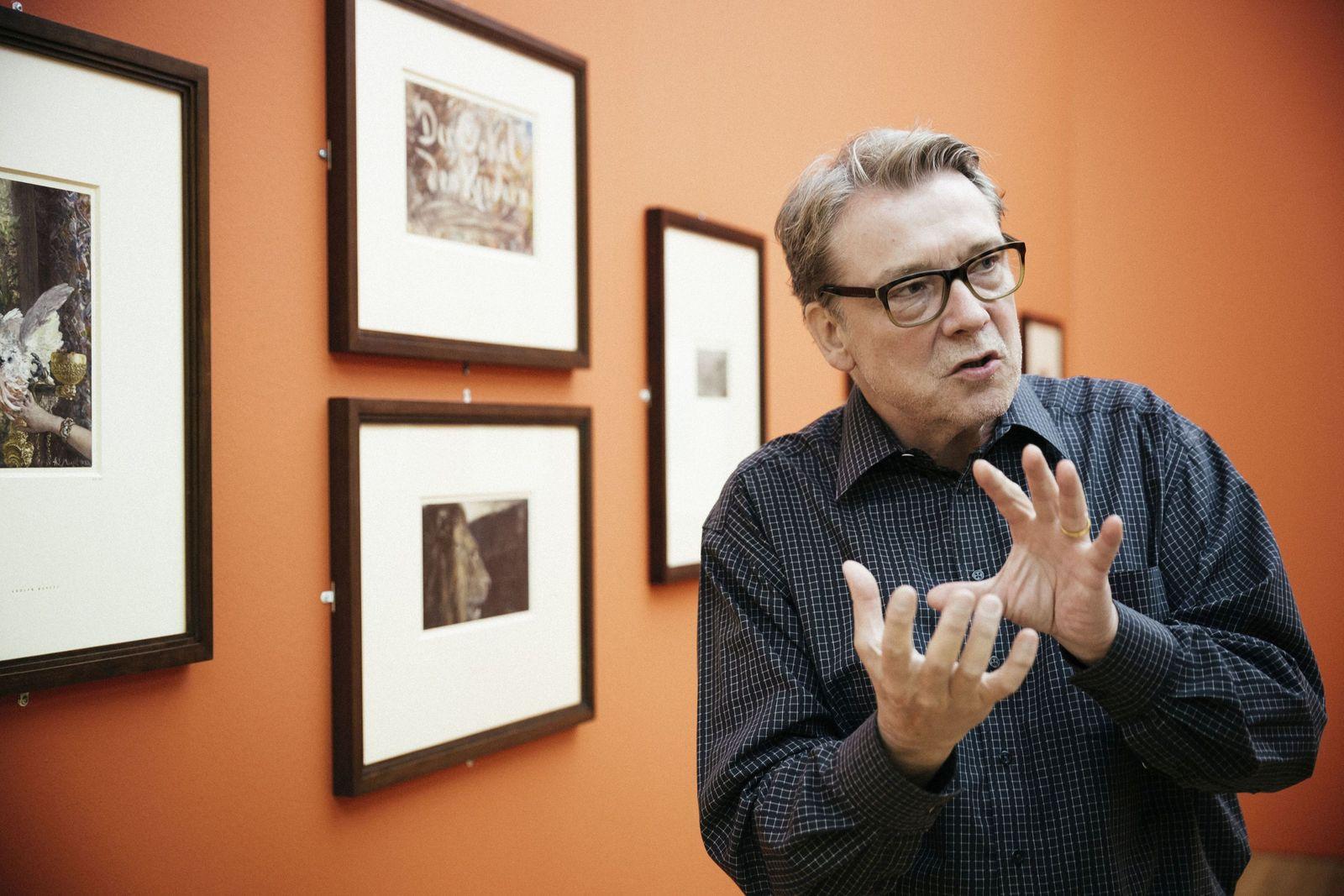 Direktor Heinrich Schulze Altcappenberg führt während des Aufbaus durch die Ausstellung