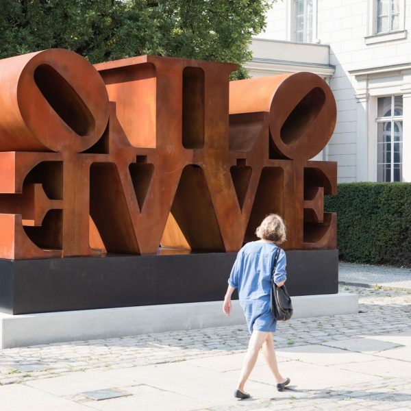 Robert Indiana: Imperial Love, 1966/2006 Cortenstahl, 244 x 488 x 152 cm (ohne Sockel) Donation of the Morgan Art Foundation to the Verein der Freunde der Nationalgalerie 2015 © Staatliche Museen zu Berlin, Nationalgalerie / Thomas Bruns / VG Bild-Kunst, Bonn 2016 / Morgan Art Foundation