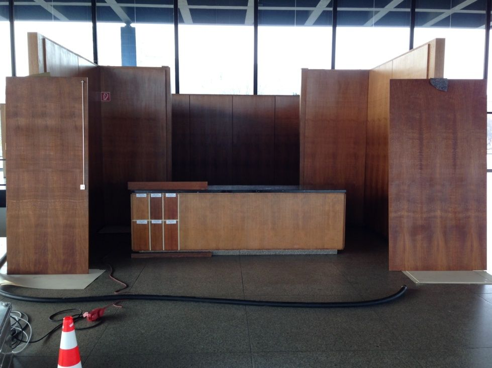 Demontierte Bauteile aus dem Untergeschoss neben den Farbmustern am Tresen zur Festlegung der tonalen Anpassung der Garderobe. Foto: BBR/ProDenkmal