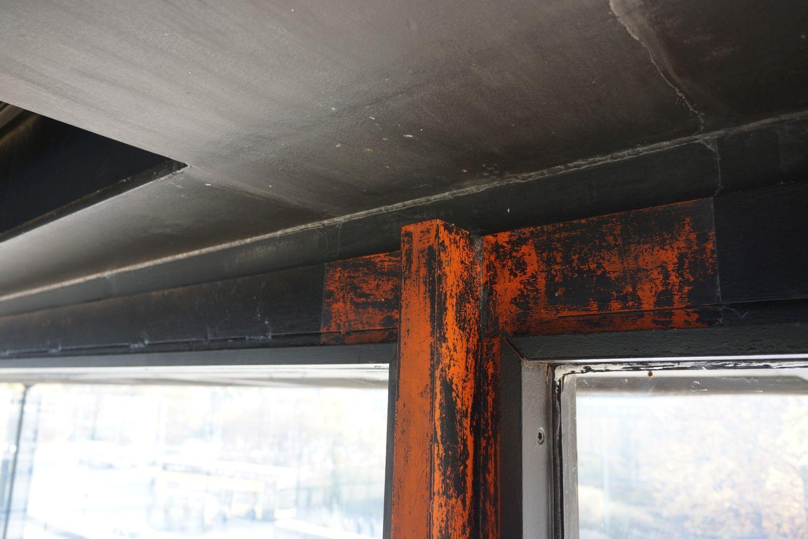 Untersuchung der Metallbeschichtung der Pfosten unter der Decke. Foto: BBR/ProDenkmal
