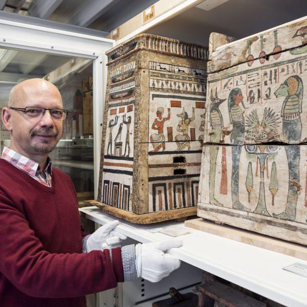 Frank Marohn, Depotverwalter und Museologe am Ägyptischen Museum und Papyrussammlung. © Staatliche Museen zu Berlin / David von Becker