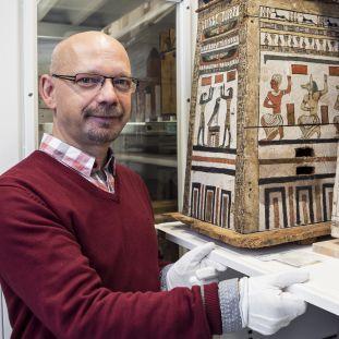 Frank Marohn, Depotverwalter und Museologe am Ägyptischen Museum und Papyrussammlung. (c) Staatliche Museen zu Berlin / David von Becker