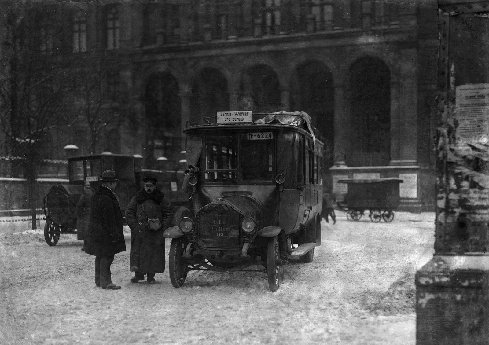 Autobus Lehnin - Werder - und zurück am Potsdamer Bahnhof, ca.1919 © bpk / Kunstbibliothek, SMB / Willy Römer