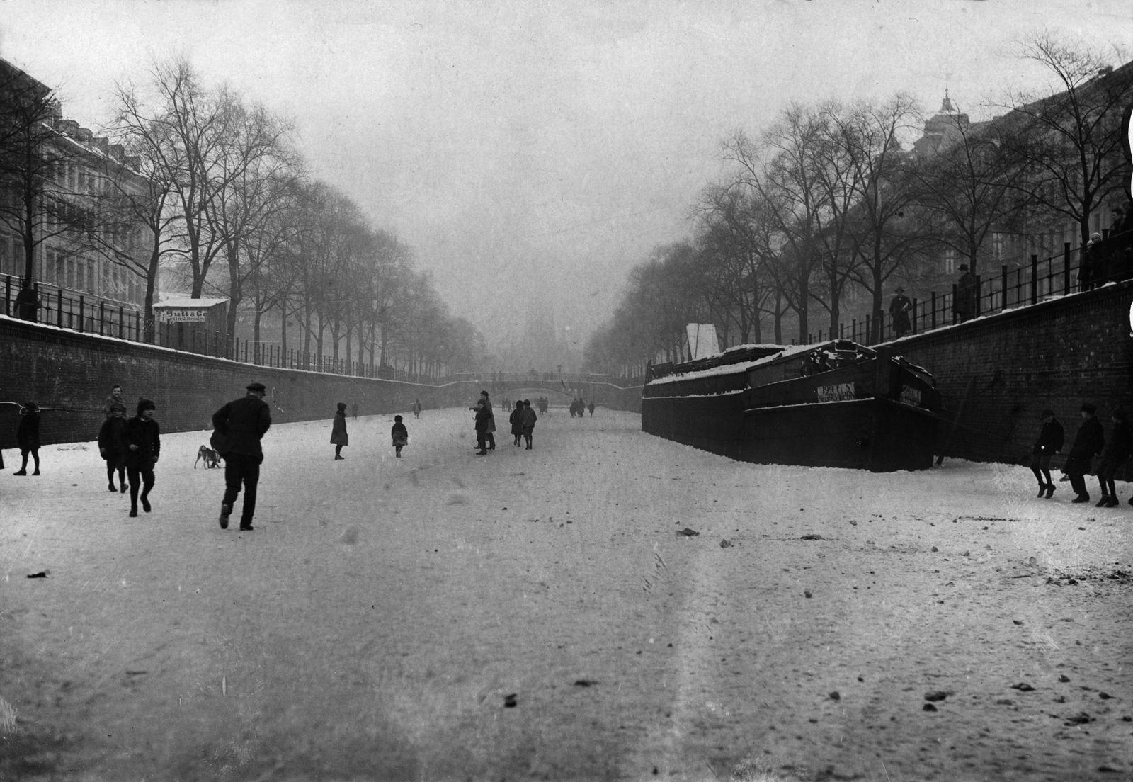 Wintervergnügen auf dem zugefrorenen Luisenkanal (Engelbecken), 1920  © bpk / Kunstbibliothek, SMB / Willy Römer