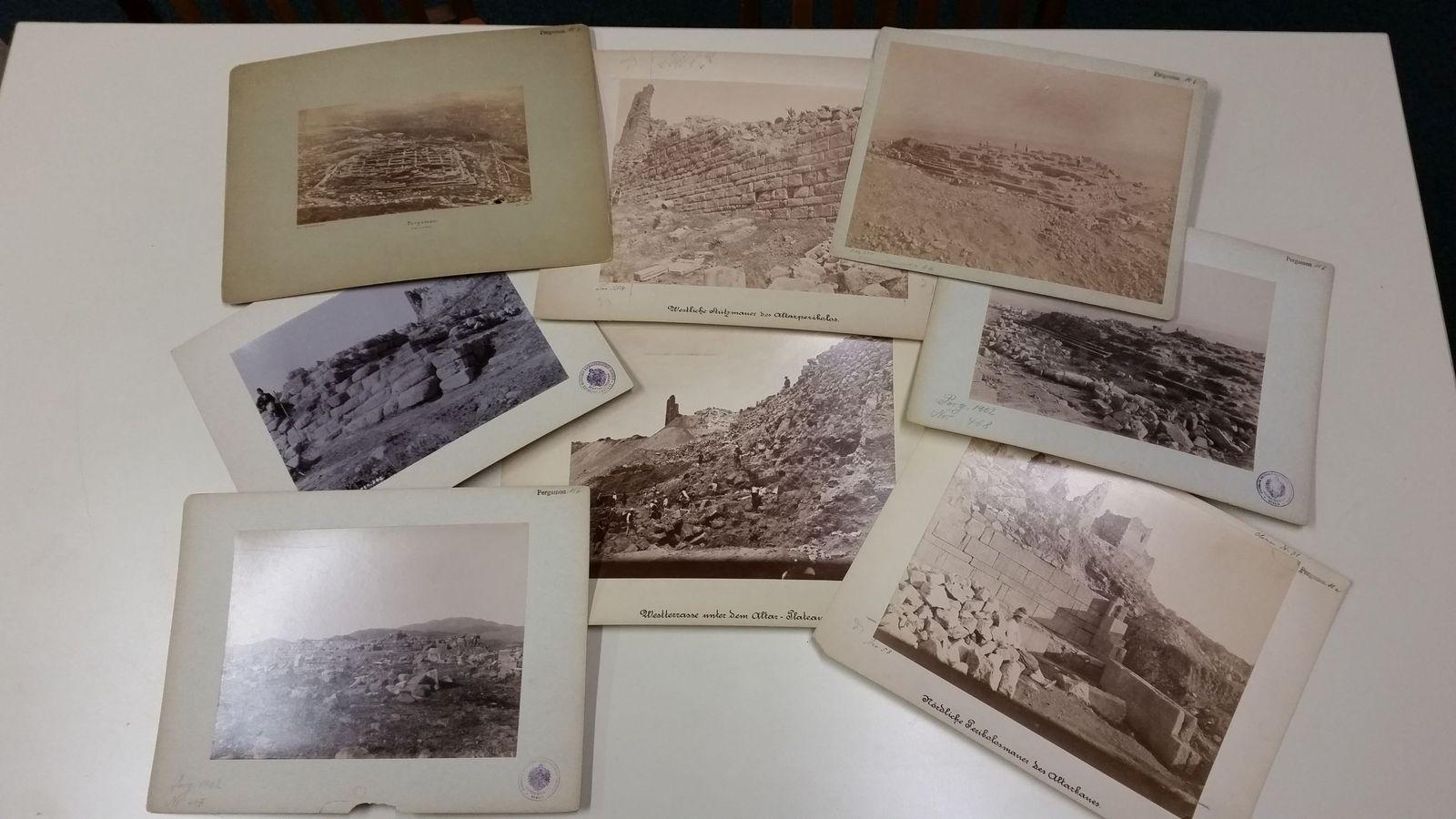 Auslage verschiedener Foto-Objekte von Pergamon. Foto Petra Wodtke