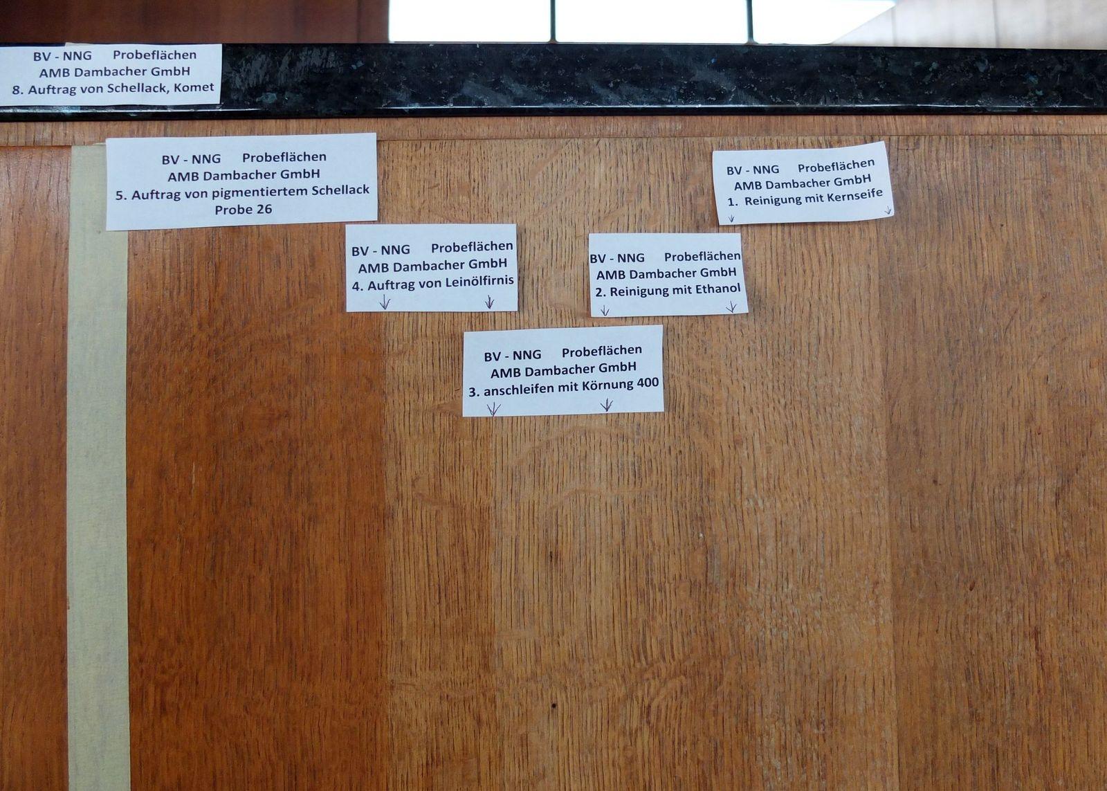 Musterfläche auf Tresen mit Proben für Reinigung und Schellackauftrag. Foto: schmedding.vonmarlin.