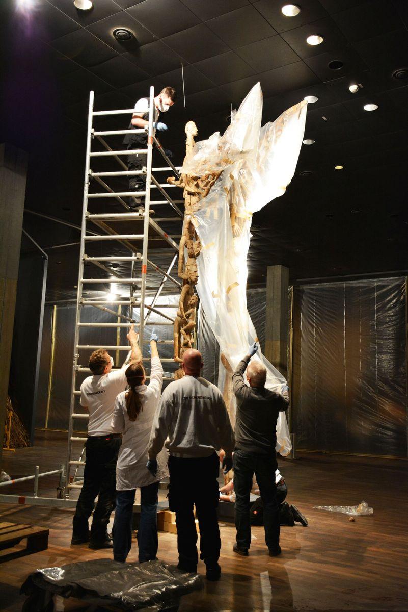 Mit vereinten Kräften werden die Ahnenpfähle eingepackt. Foto: Staatliche Museen zu Berlin
