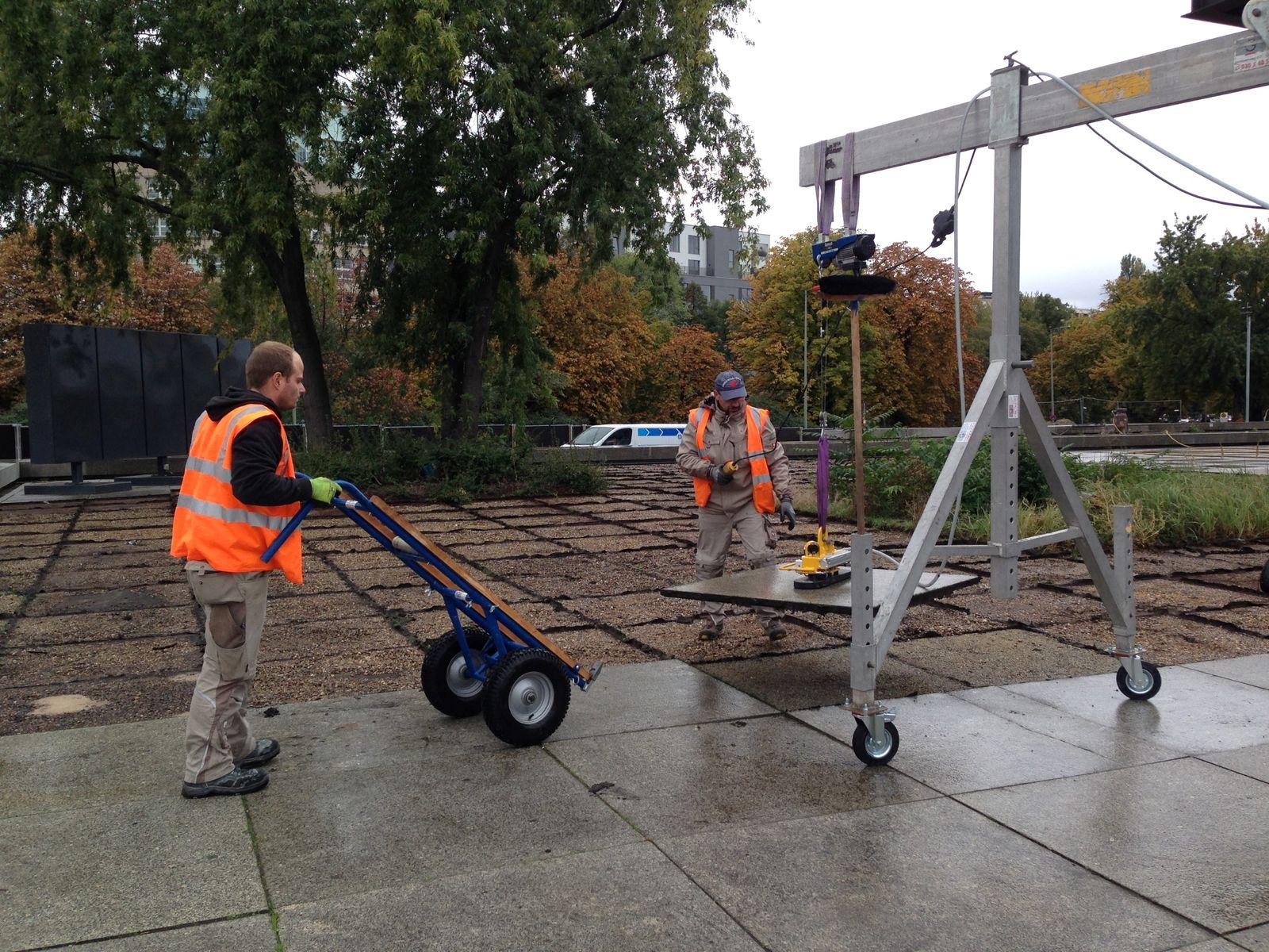 Mitarbeiter der Firma Gebauer Steinmetz bei der Demontage der Granitplatten. Foto: BBR/ProDenkmal
