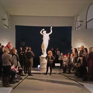 Zooey Agro und Lioba Marthé Kaszemeik während ihrer Performance im Bode-Museum. Foto: Staatliche Museen zu Berlin, Anna Mosig