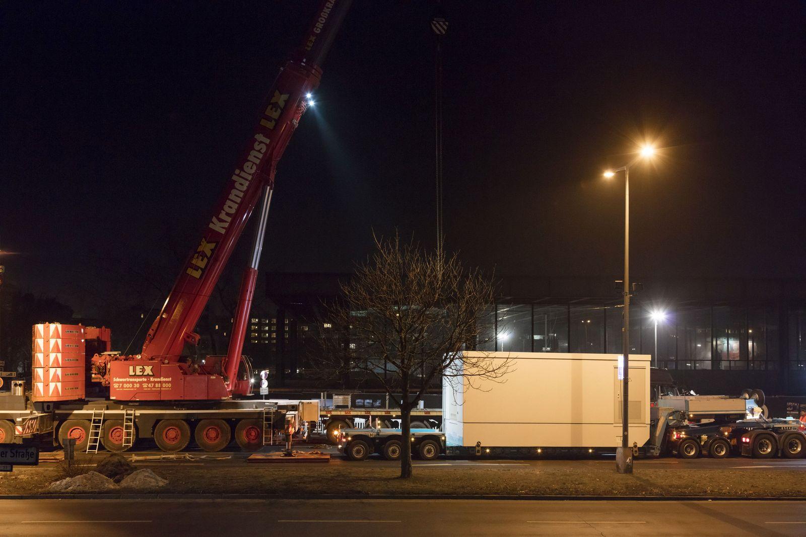 In einer nächtlichen Aktion wird die neue Mittelspannungsanlage für die Neue Nationalgalerie angeliefert. Foto: BBR / Thomas Bruns