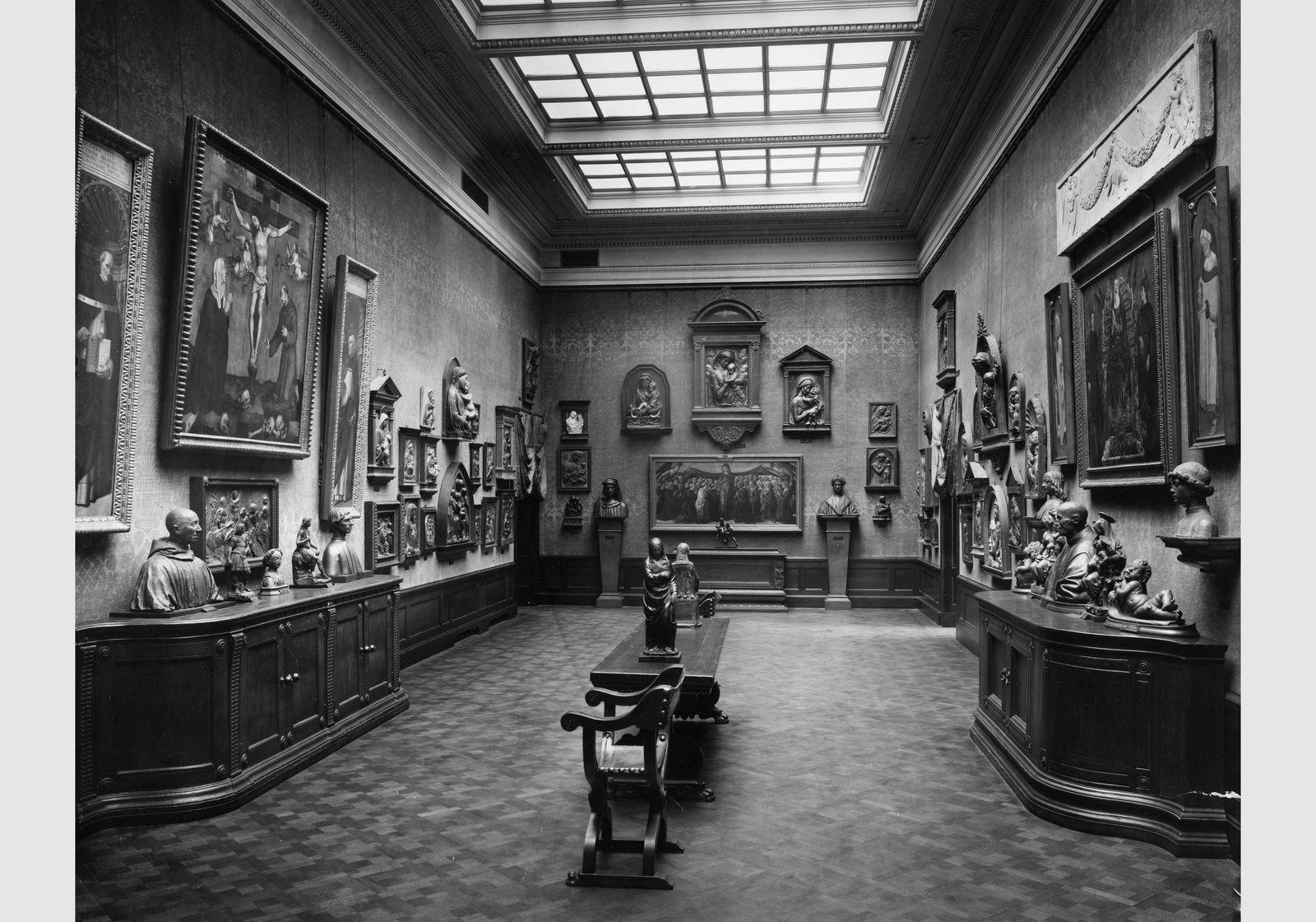 Kaiser-Friedrich-Museum, Saal 34 - Italienische Bildwerke in Ton und Stuck (um 1920). Copyright: bpk / Zentralarchiv, Staatliche Museen zu Berlin