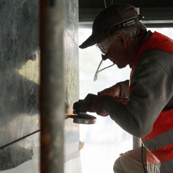 Die Marmorplatten an den Versorgungsschächten in der oberen Halle der Neuen Nationalgalerie werden während der Sanierung zum Teil entfernt. Foto: BBR / Thomas Bruns;