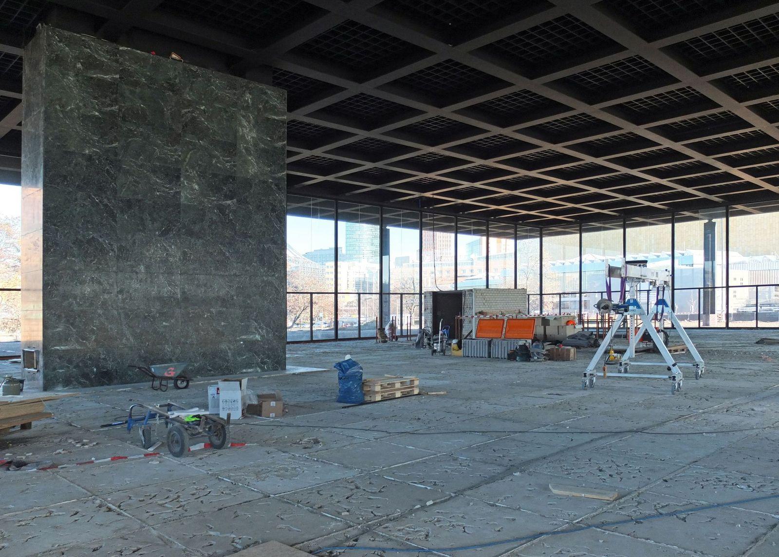 Die Versorgungsschächten in der oberen Halle der Neuen Nationalgalerie sind mit handverlesenen Platten aus grünem Tinos Marmor verkleidet. Foto: schmedding.vonmarlin.