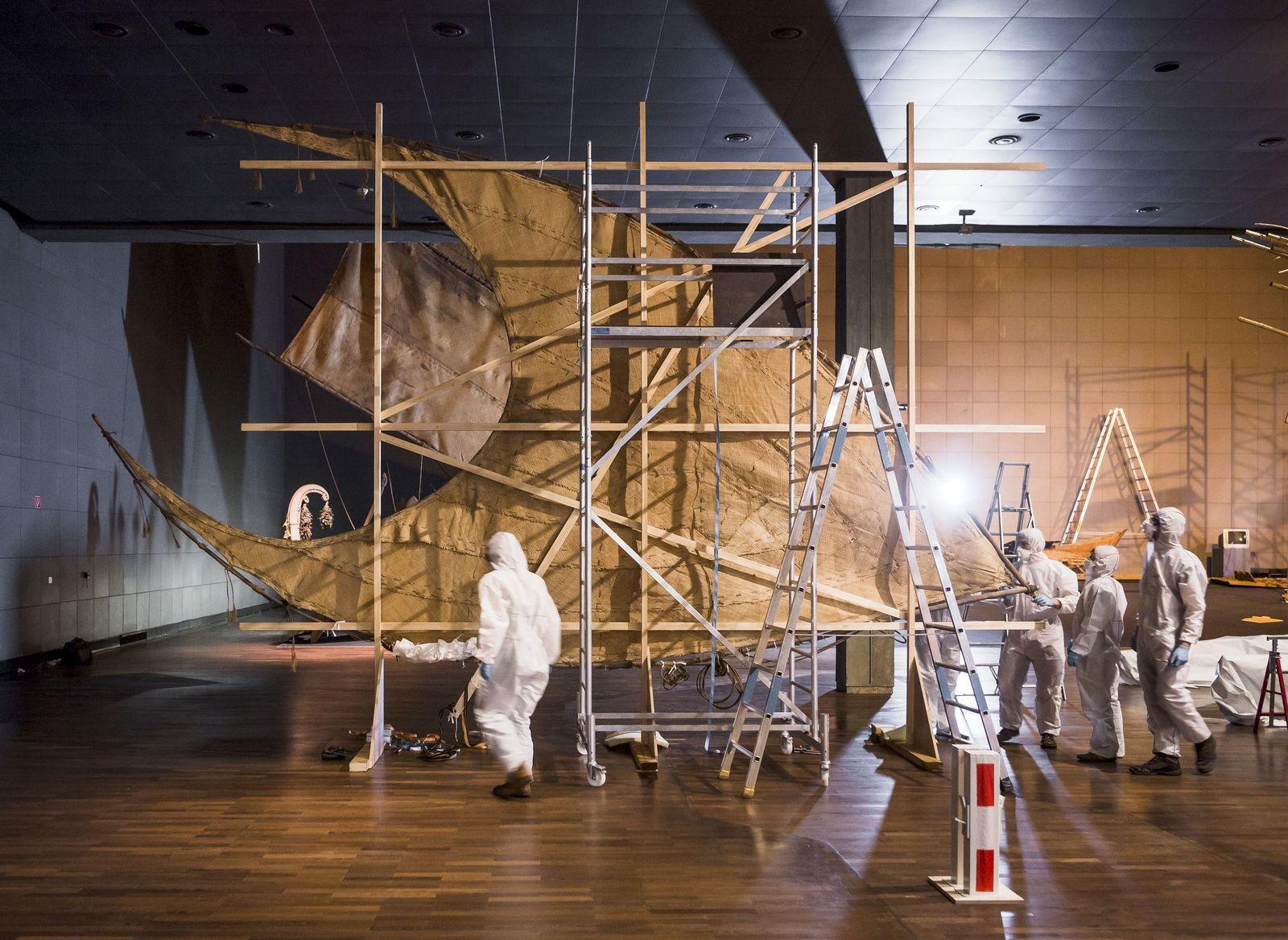 Abbau der Südseeboote im Ethnologischen Museum. Foto: Staatliche Museen zu Berlin / David von Becker