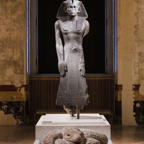 Adlerschlange Cuauhcoatl trifft König Amenemhet im Neuen Museum, Ausstellungsansicht, © Staatliche Museen zu Berlin / David von Becker