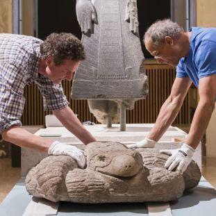 Die Adlerschlange wird im Neuen Museum angeliefert. Foto: Staatliche Museen zu Berlin / David von Becker