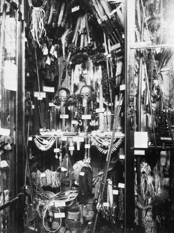 Schrank mit Exponaten aus Amazonien in der Ausstellung im Königlichen Museum für Völkerkunde © Staatliche Museen zu Berlin, Ethnologisches Museum