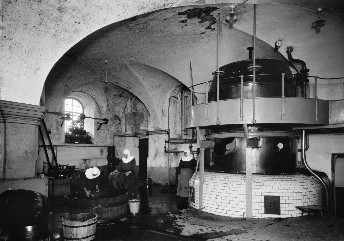 Willy Römer: Blick in die Brauerei des Klosters Ursberg (1930) © bpk / Kunstbibliothek, Staatliche Museen zu Berlin, Photothek Willy Römer / Willy Römer