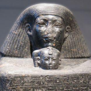 Würfelfigur des Baumeisters Senenmut mit der Prinzessin Nefrura. © Staatliche Museen zu Berlin, Ägyptisches Museum und Papyrussammlung / Friederike Grosinksi