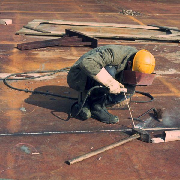 Schweißarbeiten am Dach der Neuen Nationalgalerie. Foto: Heinz Oeter
