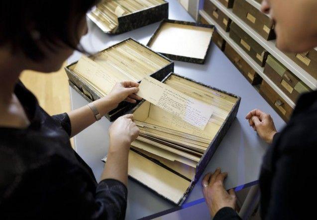 """Dr. Anna Pfäfflin (l.) und Dr. Hanna Strzoda begutachten die Karteikarten zur """"Sammlung der Zeichnungen"""" im Kupferstichkabinett ©SPK/photothek.net/Thomas Köhler"""