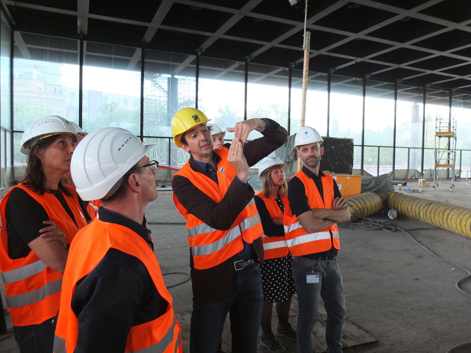 Arne Maibohm vom BBR erläutert, wie das Dach mit einer integrierten Schale beweglich auf dem Kopf einer Säule aufliegt. Foto: schmedding.vonmarlin.