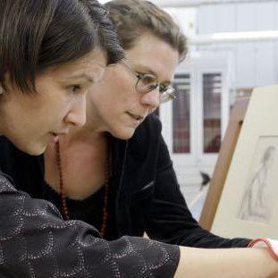 Kuratorin Anna Pfäfflin (links) und Provenienzforscherin Hanna Strzoda gleichen die Zeichnung von Johann Adam Klein mit dem zugehörigen Inventarbucheintrag ab. ©SPK/photothek.net/Thomas Köhler