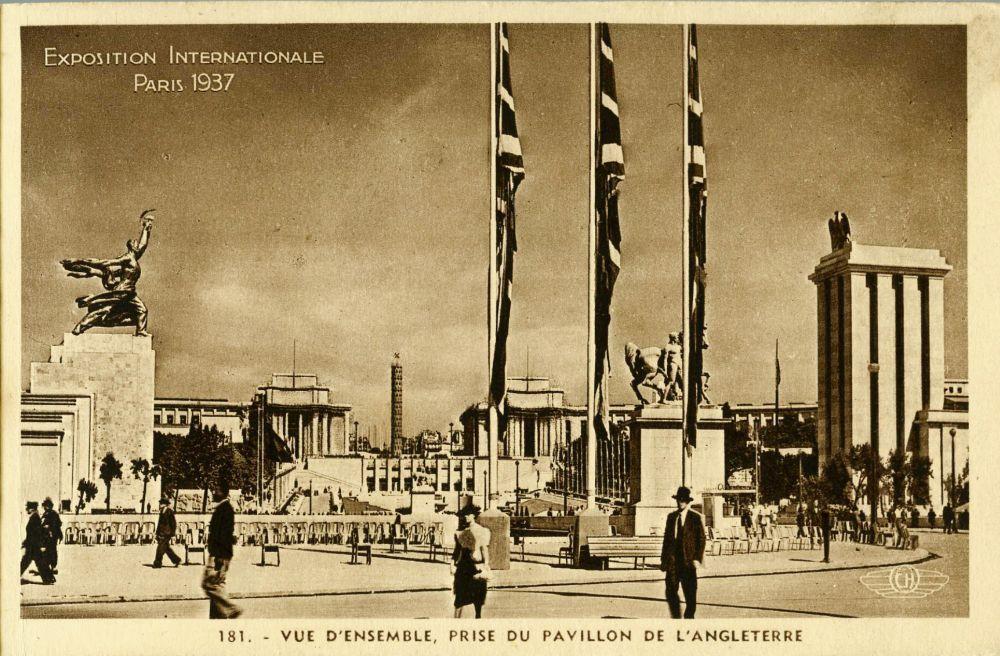 Postkarte der Pariser Weltausstellung mit dem Deutschen Haus und dem sowjetischen Pavillon