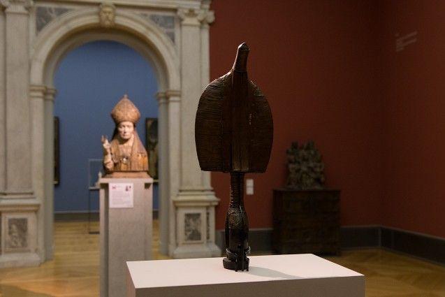 Unvergleichlich: Kunst aus Afrika im Bode-Museum. Bwiti-Reliquiarfigur, Kota oder Kele (Gabun), 19. Jh. Im Hintergrund: Reliquienbüste eines Bischofs, Belgien, um 1520