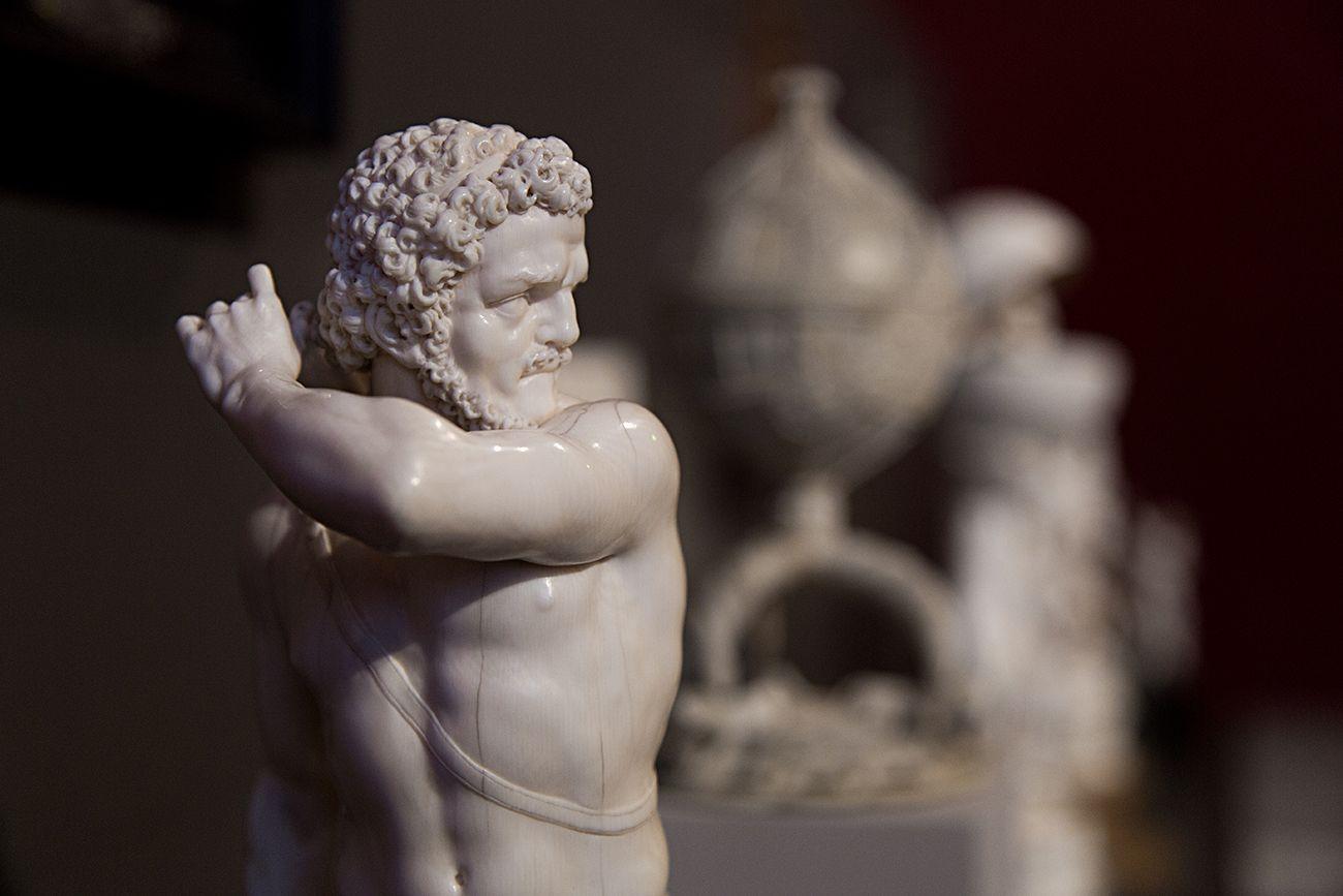 Unvergleichlich: Kunst aus Afrika im Bode-Museum. Herkules, Deutschland, 17. Jh.;iIm Hintergrund: Salzgefäß, Sapi-Künstler (Sierra Leone), um 1500