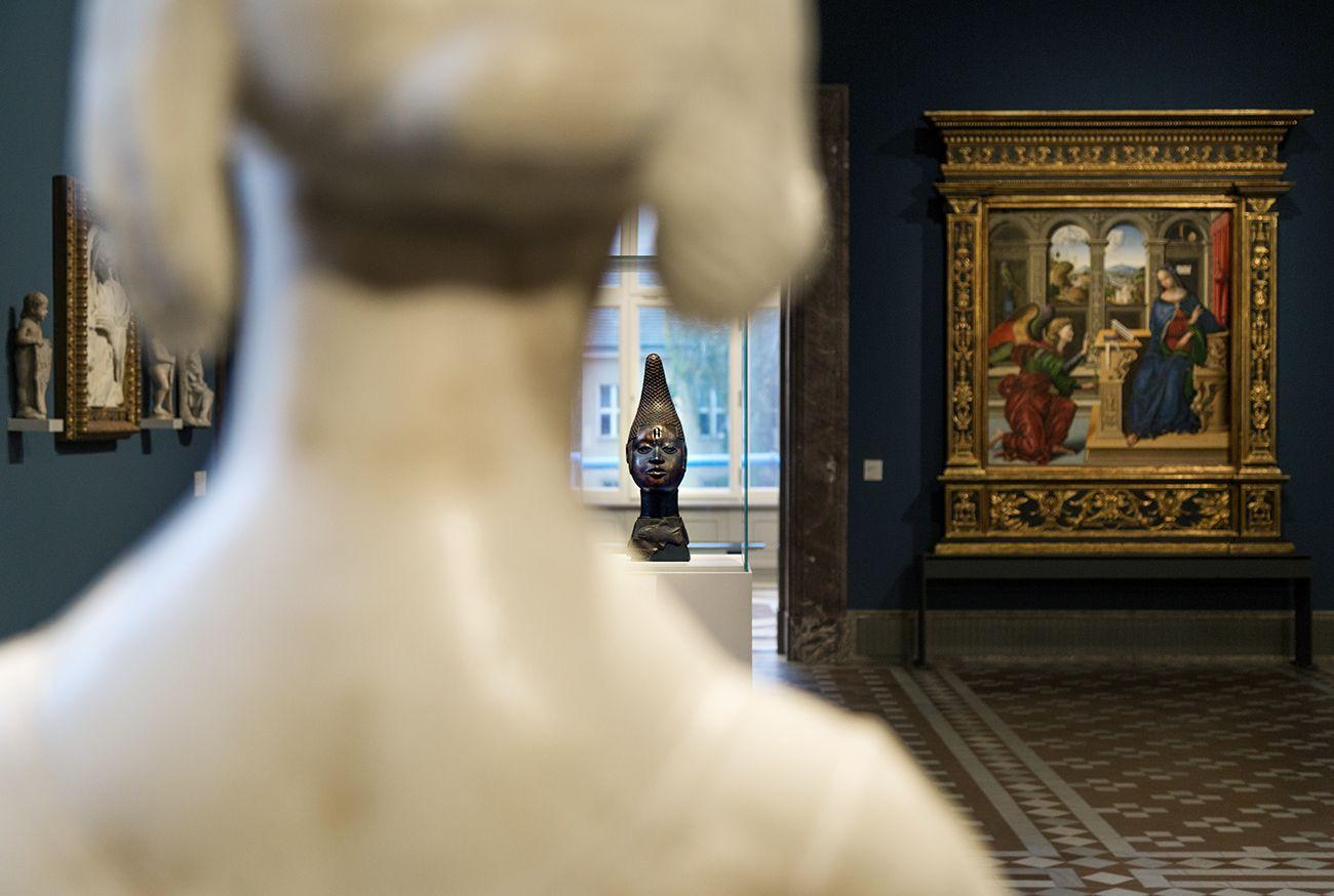 """Unvergleichlich: Kunst aus Afrika im Bode-Museum. Gedenkkopf einer Königinmutter (iyoba), Königreich Benin (Nigeria), 16. Jh.; im Vordergrund: Bildnis einer jungen Dame (""""Marietta Strozzi"""", Desiderio da Settignano, Florenz (Italien), um 1462"""