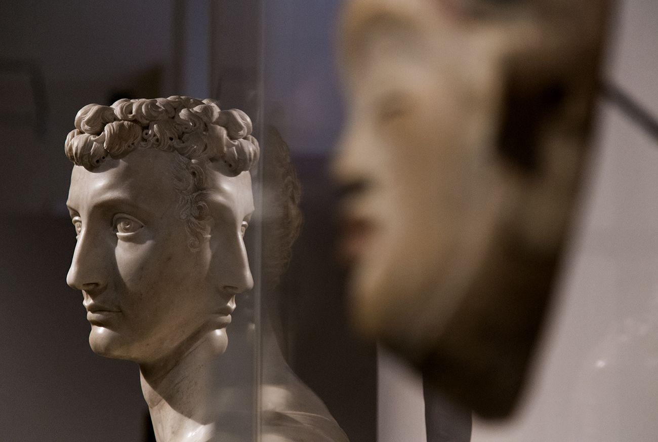 Unvergleichlich: Kunst aus Afrika im Bode-Museum. Bildnis eines jungen Mannes, Baccio Bandinelli, Florenz (Italien), um 1540. Im Vordergrund: Maske, Puni (Gabun), 19. Jh.