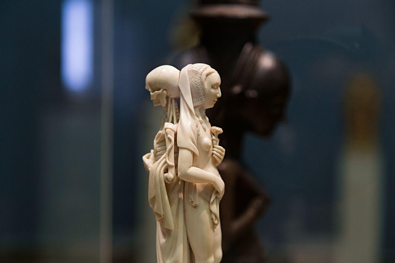 Unvergleichlich: Kunst aus Afrika im Bode-Museum. Memento Mori, Paris (Frankreich), um 1520;  im Hintergrund: Zwei menschliche Figuren mit Schale, Warua Meister, Luba, Republik Kongo), 19. Jh.