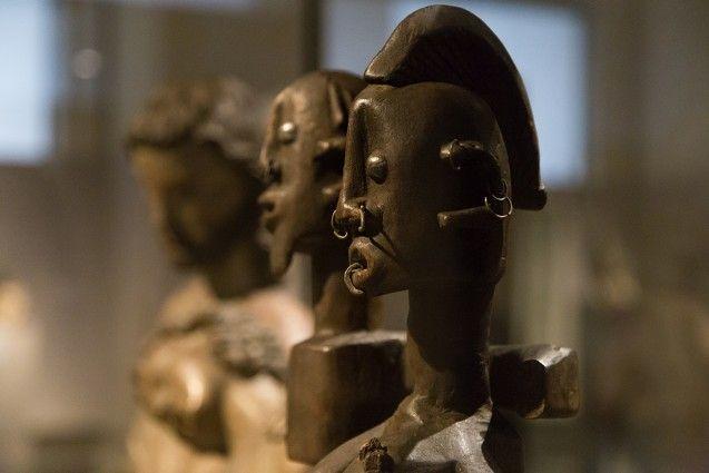 Unvergleichlich: Kunst aus Afrika im Bode-Museum. Ahnenpaar, Dogon (Mali oder Burkina Faso), 19. Jh. Im Hintergrund: Christus-Johannes-Gruppe, Bodenseegebiet (Deutschland), um 1310