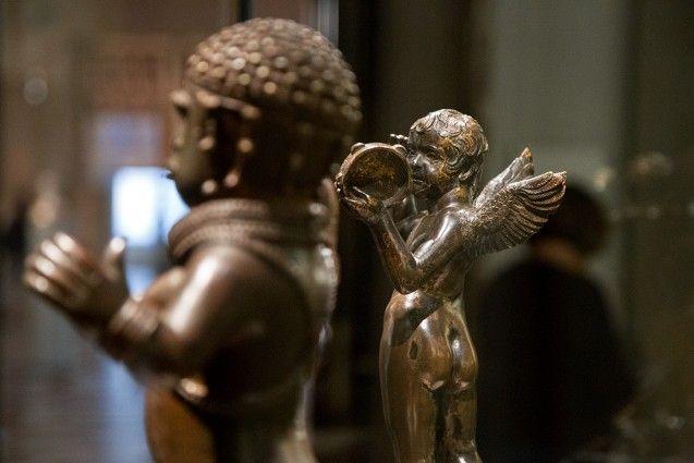 Unvergleichlich: Kunst aus Afrika im Bode-Museum. Putto mit Tamburin, Donatello, Toskana (Italien), 1429; im Vordergrund: Statuette der Göttin Irhevbu oder der Prinzessin Edeleyo, Königreich Benin (Nigeria), 16. oder 17. Jh.