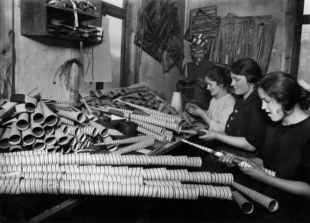 Heimarbeiterinnen bei der Anfertigung von Radau-Trompeten © bpk, Staatliche Museen zu Berlin, Kunstbibliothek, Photothek Willy Römer / Willy Römer