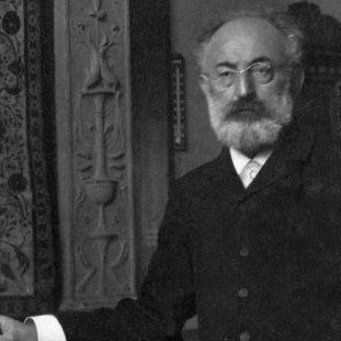 Julius Lessing, erster Direktor des Kunstgewerbemuseums, im Renaissancesaal, 1903 (Foto: bpk/Hans Franke)