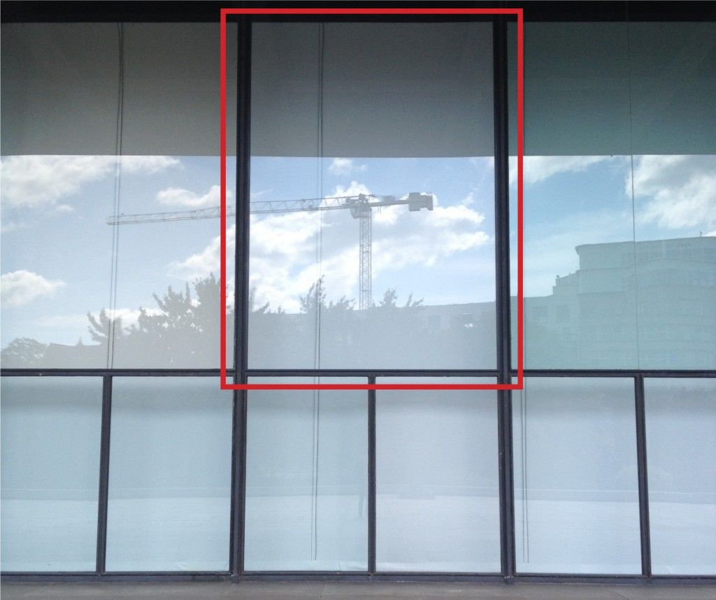Der rote Rahmen auf dem Foto markiert die neu eingesetzte Glasscheibe. © David Chipperfield Architects für das Bundesamt für Bauwesen und Raumordnung (BBR)