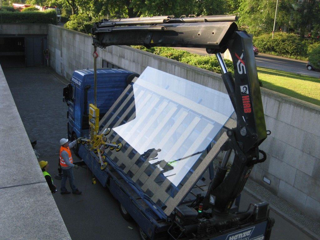 Antransport einer Oberlichtscheibe für die Ausstellungshalle mit einem Gewicht von knapp 1,2 Tonnen. © BBR / Jochen Schindel DS-Plan GmbH