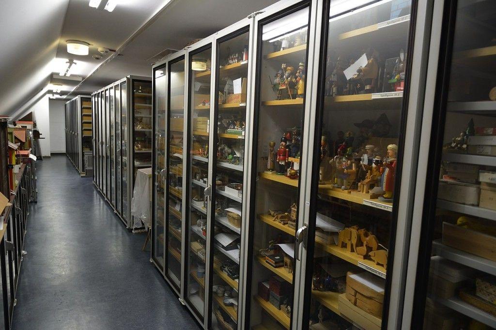 Besuch im Depot des Museums Europäischer Kulturen