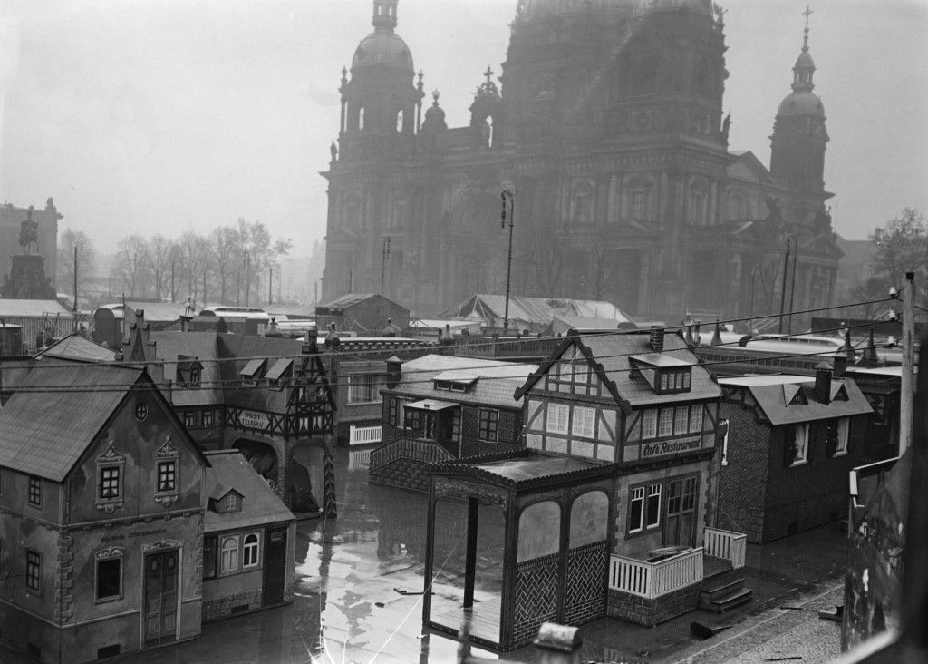 Aufbau des Weihnachtsmarktes im Berliner Lustgarten, ehemals: Marx-Engels-Platz © Staatliche Museen zu Berlin, Kunstbibliothek / Willy Römer