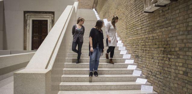 """Drei Blicke, eine Frage? Das Vermittlungsformat """"Gefragte Fragen"""", Neues Museum, Dezember 2016. Foto: Nina Hansch"""