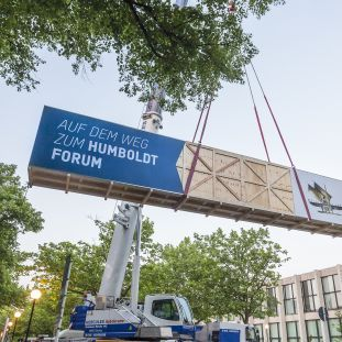 Das Luf-Boot aus dem ethnologischen Museum in Berlin Dahlem zieht um ins Humboldt Forum. © SHF / David von Becker